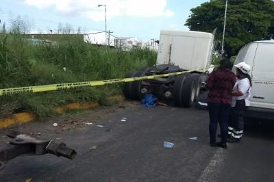 Motociclista muere atropellado por tráiler