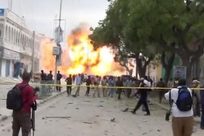 Somalia sepulta a víctimas del atentado; suman 327