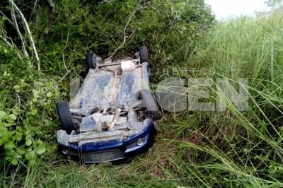 Muere conductora en volcadura