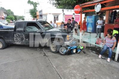 Camioneta atropella y arrastra a ama de casa en moto