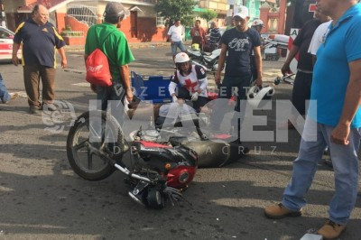 Taxi choca a motociclista en el centro de Veracruz