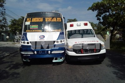 Choca autobús contra ambulancia