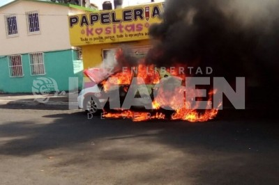 Taxi es consumido por las llamas