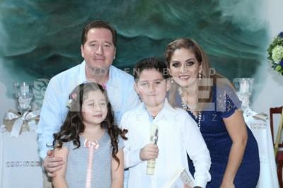 Cristo en su corazon: Brian Leo Mora realiza su Primera Comunión