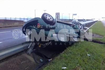 Vuelcan y abandonan su vehículo en Veracruz