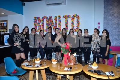 Reunión prenavideña :Grupo de amigas y amigos se reúne antes de Navidad