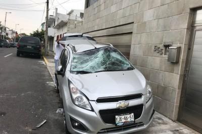 Fuerte accidente automovilístico en fraccionamiento Reforma