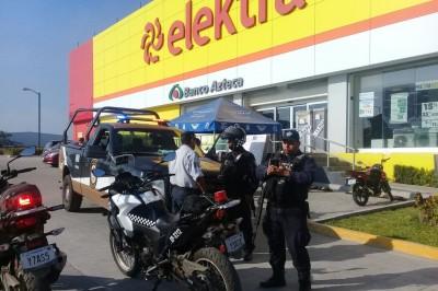 Evita robo a Elektra un policía de Ipax