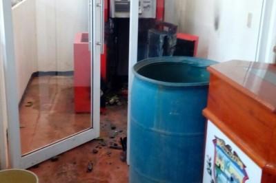 Hombres armados roban cajero automático