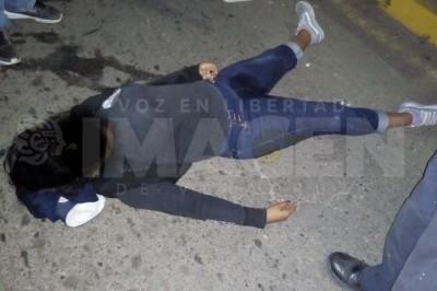 Jovencita muere tras chocar en moto contra un registro de CFE