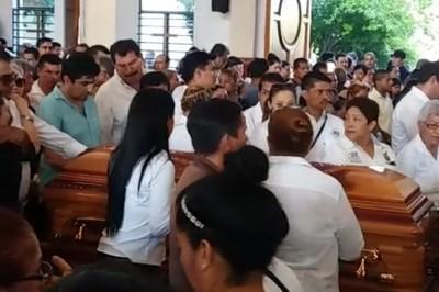 Despiden entre aplausos a alcalde asesinado en Guerrero