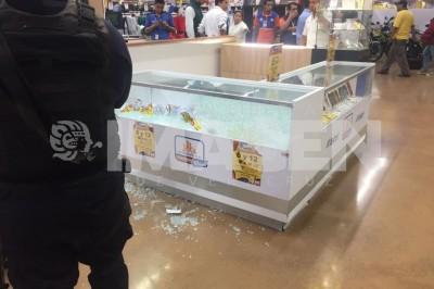 Roban celulares y amenazan a clientes y empleados en Chedraui