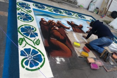 Tradición de tapetes artesanales de aserrín llega al Zócalo de Veracruz