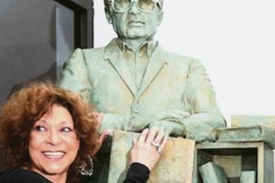 Develan escultura de José Emilio Pacheco