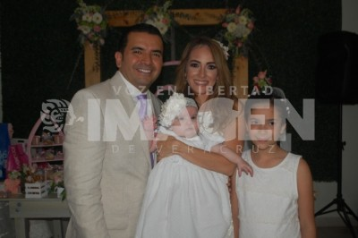 Festejan  bautizo y matrimonio civil : Renata Martínez Gaona recibe el bautismo