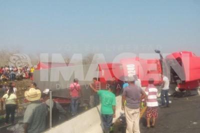 Autobus de Coca Cola vuelca en la carretera; vecinos comienzan rapiña
