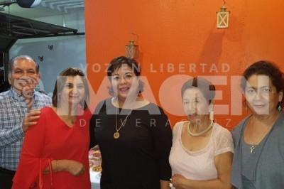 Nueva directora :Claudia Beatriz Enríquez Hernández celebra nuevo cargo