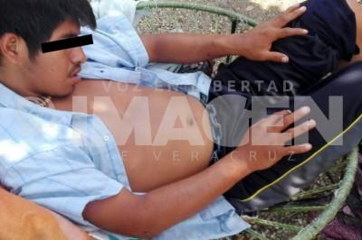 Sujeto grabado en malecón de Coatza, vive encadenado tras ser adicto a las drogas
