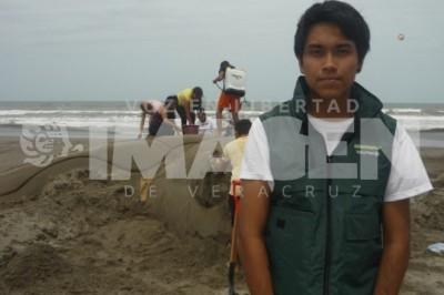 El coordinador del grupo de voluntarios de Greenpeace Veracruz, se encarga de realizar las actividades para cada campaña que le propone la matriz central de México