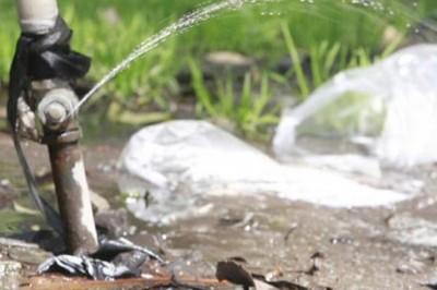 Una fuga de agua que no había podido ser reparada desde el pasado sábado y que ya quedó arreglada de manera temporal