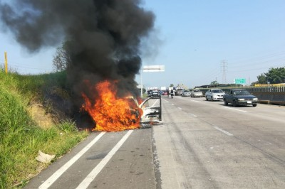 Incendio de automóvil al ser impactado contra una pipa