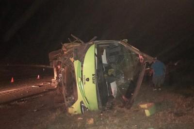 Muere pasajera tras volcarse autobús de turismo en autopista Cosamaloapan-Isla