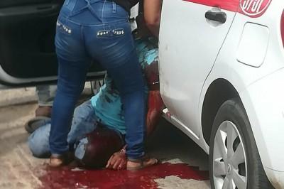 Encuentran cuerpo de taxista al borde del vehículo