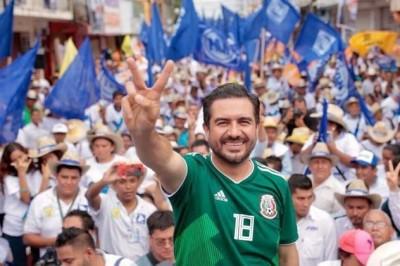 Yunes Márquez rebasa tope de campaña