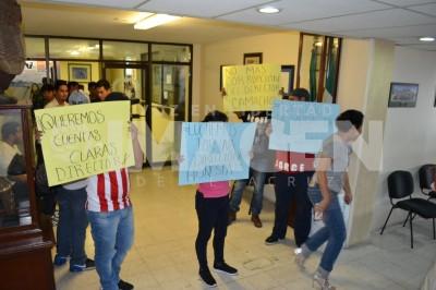 Estudiantes del Instituto Tecnológico de Orizaba se manifestaron en demanda de que se transparenten los ingresos en la institución