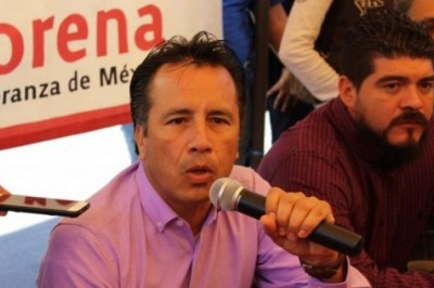 Desvió Yunes más de 800 millones de pesos para operar campaña de su hijo, acusa Cuitláhuac García