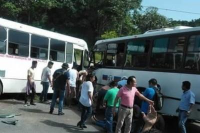 Choque entre camiones urbanos deja personas lesionadas en Cosoleacaque