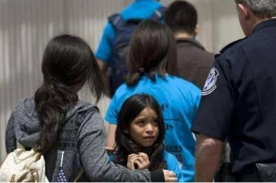 Gobierno de EU reúne a 364 niños migrantes con sus padres
