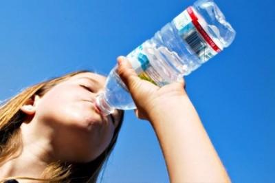 Sugieren hidratarse con agua simple durante el fenómeno de la canícula