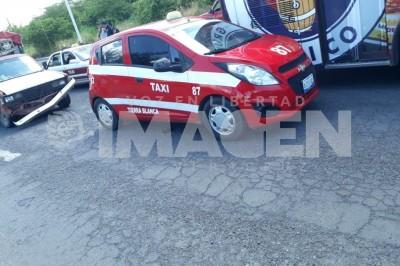 Chocan camioneta contra taxi en el boulevard de TB