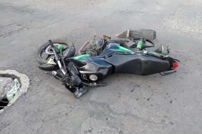 Sufre aparatoso accidente automovilístico  un taxista al impactarse con  un motociclista