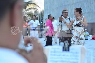 Tarde de danzón : Realizan baile en escollera de Foro Boca