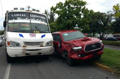 Joven resulta lesionada tras ser impactada su camioneta  por un camión del transporte público