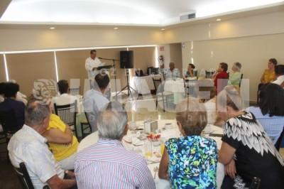 CHARLA HISTÓRICA : Miembros de la Sociedad Cultural Baluarte disfrutan desayuno