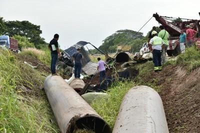 Vuelca tractocamión en autopista Cosolea-La Tinaja; chófer muere