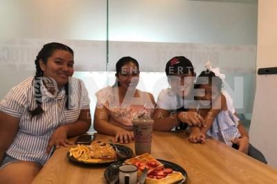 CONVIVENCIA SORPRESA : Ernesto Cázares finge ser mesero, como regalo de XV años para Michelle Zamora