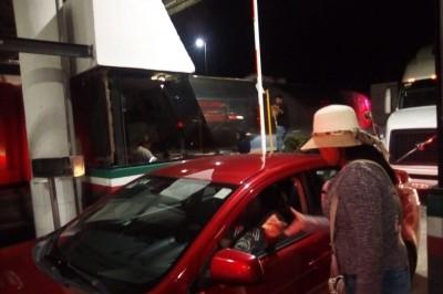 Un grupo integrantes de la Alianza Ciudadana por el Desarrollo Social Sustentable del Estado de Chiapas tomaron la caseta de cobro de la autopista en Acayucan