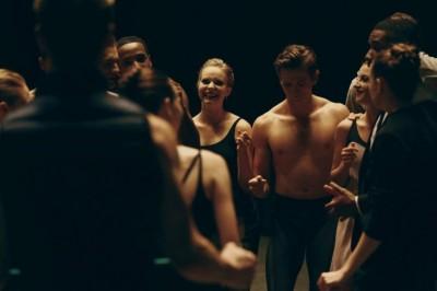 Despiden a bailarines por fotos de desnudos
