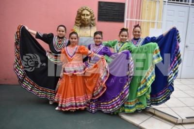FESTIVAL MEXICANO: Alumnos del colegio Antonio Caso ofrecen estampas regionales