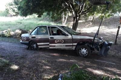 Hallan taxi en el fondo de Laguna de El Encanto