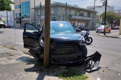 Se registra aparatoso accidente automovilístico en calles de la colonia Ricardo Flores Magón