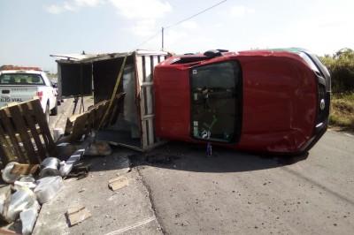 Se registra volcadura de camioneta de redilas en la autopista Veracruz -Cardel