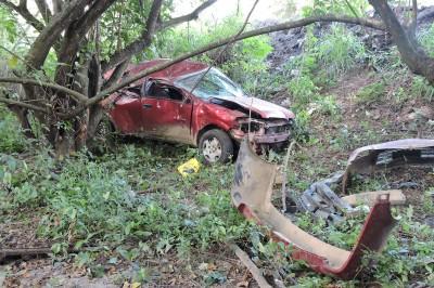 Se estrellan contra árboles y abandonan auto en Tierra Blanca