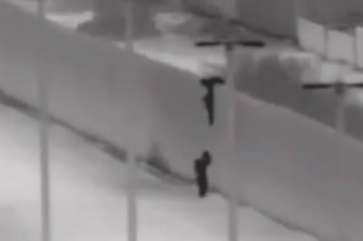 Presunto traficante de personas avienta a niños de muro fronterizo