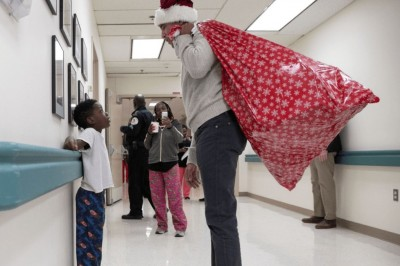 Obama sorprende a niños de un hospital disfrazado de Santa Claus (+VIDEO)