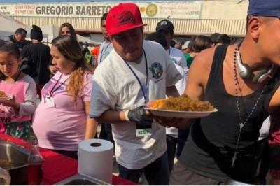 Chefs de México y EU preparan paella para miles de migrantes en Tijuana